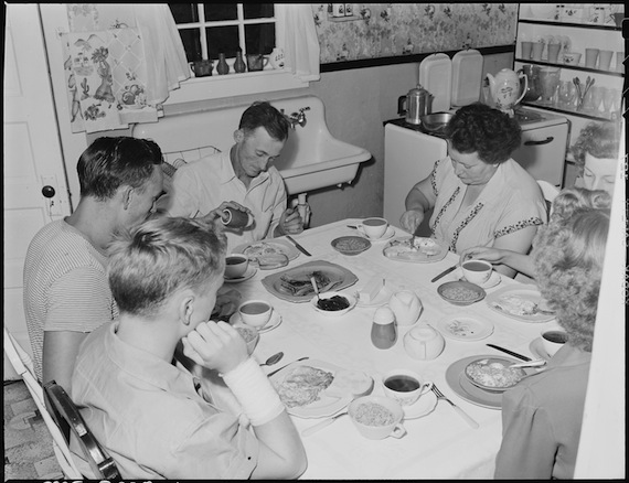 Family_of_Harry_Fain,_coal_loader,_at_breakfast._When_Mr._Fain_works_on_night_shift_he_has_breakfast_with_the_family..._-_NARA_-_541430