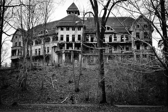 1280px-The_Haunted_House_Das_Geisterhaus_(5360049608)